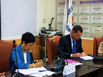 DSWD Regional Director Adelina Apostol and IJM Senior Vice President of Field Operations Sean Litton signed an agreement to formalize how the two agencies will work together to rescue and restore sex trafficking survivors.