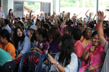 Hands shot up into the air when IJM team member Teerasit Kasemsirimongkhon asked the crowd gathered in Nong Keaw who had received their citizenship rights.